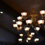 Żyrandol do salonu – poznaj różne oblicza elegancji